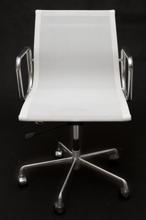 99851091 Fotel biurowy CH inspirowany EA117 siateczka, aluminium